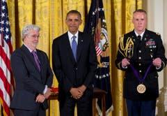 """Niemand wurde durch eine Filmreihe so reich wie """"Star Wars""""-Erfinder George Lucas. Statt sich für den ersten Streifen ein Honorar auszahlen zu lassen, sicherte er sich die Rechte an den Fortsetzungen und den Merchandising-Artikeln. Sein Mut hat ihm laut Schätzungen des """"Forbes""""-Magazins mehr als 5 Milliarden Dollar eingebracht. Für seine Verdienste hat ihm US-Präsident Barack Obama 2012 die National Medal of Arts verliehen. (Bild: Keystone)"""