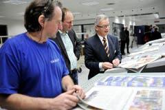 Andruck der neuen Thurgauer Zeitung im Druckzentrum der Tagblatt AG in Winkeln: Tagblatt-Chefredaktor Philipp Landmark (Mitte) und Martin Klöti (rechts). (Bild: Reto Martin)