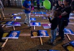 """Die Plakate zeigen das Gesicht Rabins mit der hebräischen Überschrift """"Führerschaft"""" und jenes des aktuellen Premierministers Benjamin Netanjahu mit der Überschrift """"Feigheit"""". (Bild: Keystone)"""