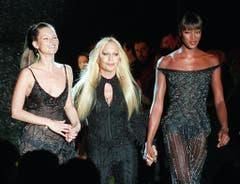 An vorderster Front: Die beiden Topmodels Kate Moss (l.) und Naomi Campbell (r.) mit Designerin Donatella Versace 1999 in Paris. (Bild: Keystone)