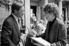 Im Zwiegespräch mit SVP-Politiker Walter Frey, aufgenommen im Juni 1991. (Bild: Keystone)