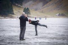 Sich ein bisschen wie Denise Bielmann fühlen - auch ohne Schlittschuhe - auf dem zugefrorenen Seealpsee (17.12.2016). (Bild: Urs Bucher)