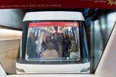 Mit dem Skytrain werden Passagiere zum Dock E transportiert. (Bild: Ralph Ribi)