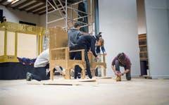 Bühnenbildner malen und hämmern in der Mehrzweckhalle. (Bild: Andrea Stalder)