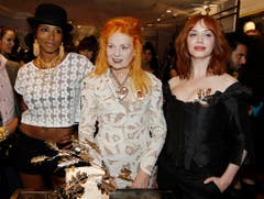 Bei der Flagship Store Eröffnung am 30. März 2011 in Los Angeles: Vivienne Westwood, Mitte, Schauspielerin Christina Hendricks, rechts, und Musikerin Kelis. (Bild: Keystone)