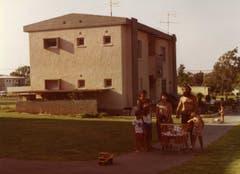 Die Familie Eisenhut-Yahlom vor ihrem Zuhause, einer typischen Kibbuz-Wohnung. (Bild: Ueli Eisenhut)