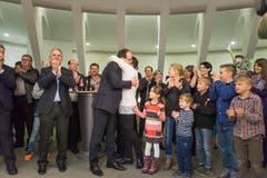 Der neue FDP-Regierungsrat Marc Mächler wird von seiner Ehefrau umarmt. (Bild: Michel Canonica)