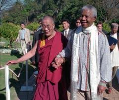 In Cape Town trifft Nelson Mandela mit dem Dalai Lama zusammen (1996). (Bild: Keystone)
