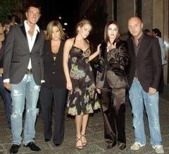 Familienbande: Priscilla Presley (2.v.r.) mit ihrer Tochter Lisa Marie (2.v.l.) und deren Tocher Riley Keough (Mitte), flankiert von den Designern Stefano Gabbana (l.) und Domenico Dolce (r.) im Jahr 2005. (Bild: Keystone)