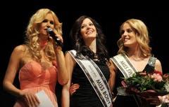Moderatorin Claudia Lässer (links), Miss Ostschweiz Lisa Schneider (Mitte) und die Zweitplatzierte Kim Wirth. (Bild: Reto Martin)