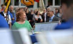 """Am Empfang erhielt die Thurgauer Grossratspräsidentin die Partitur des eigens für sie geschriebenen """"Wiesmann-Marsch"""". (Bild: Reto Martin)"""