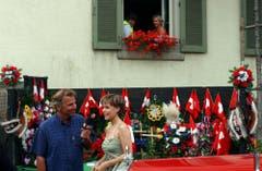 """Kurt Zurfluh im Jahr 2003 am Zentralschweizer Jodlerfest in Unterägeri. Er interviewte Sängerin Francine Jordi für seine Sendung """"Hopp de Bäse"""". (Bild: LZ Archiv)"""