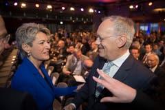 Bundesrat Johann Schneider-Ammann wird von Karin Keller-Sutter begrüsst. (Bild: Urs Bucher)