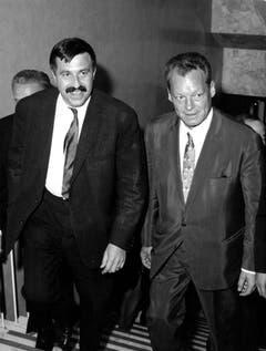 Günter Grass und Willy Brand nach einer Wahlveranstaltung der SPD in Bayreuth (1965). (Bild: Keystone)