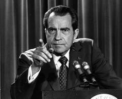 Der Name Richard Nixon (1913 - 1994) ist eng mit der Watergate-Affäre verbunden. Diese führte zum bislang einzigen Rücktritt eines US-Präsidenten. In seiner Amtszeit vom 20. Januar 1969 bis 9. August 1974 ordnete der Republikaner die Flächenbombardierung von Vietnam an und sah sich schliesslich zu einem Friedensschluss mit Vietnam gedrängt. (Bild: Keystone)