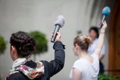 Hände hoch, Mikrophone hoch: Medienschaffende vor der Laurenzenkirche. (Bild: Benjamin Manser)