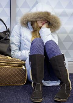 Anna Maksimkina aus Russland schläft auf dem Boden des Kennedy International Airports. Ihr Flug wurde wegen des Schnees verschoben. (Bild: Keystone)