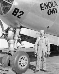 "Colonel Paul W. Tibbets, der Pilot der ""Enola Gay"", posiert vor dem B-29-Flugzeug. (Bild: Keystone)"