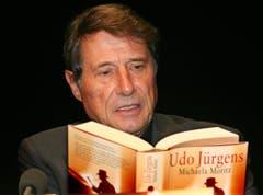 """Im Rahmen der Münchner Bücherschau liest der Autor und Sänger am 30. November 2004 aus seinem Roman """"Der Mann mit dem Fagott"""". (Bild: Keystone)"""