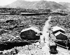 Diese Hütten haben den Abwurf nicht etwa überlebt, sie wurden aus den Trümmern gebaut. (Bild: Keystone)