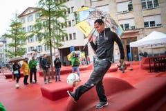 Der ehemalige Stürmer des FC Zürich, Raffael, jongliert auf dem Roten Platz in St.Gallen. (Bild: Ralph Ribi)