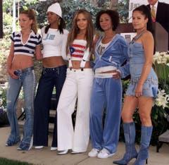 """""""Sweetface Fashion"""": Jennifer Lopez (mitte) präsentiert die Neuheiten der neuen Modelinie """"J.LO by Jennifer Lopez"""" im Jahr 2001. Diese gehört Hilfigers Bruder Andy. (Bild: Keystone)"""
