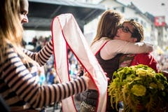 Eine Mitkonkurrentin gratuliert Stephanie König zur Wahl. (Bild: Benjamin Manser)