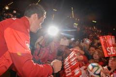 Diego Benaglio verteilt Unterschriften beim ueberschwaenglichen Empfang fuer die Schweizer Fussballnationalmannschaft im Zuercher Hallenstadion am Donnerstag, 3. Juli 2014. (KEYSTONE/Walter Bieri) (Bild: Keystone)