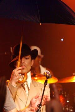 Mit Schirm, Charme und einer Fast-Melone: Prince war häufiger Gast beim Jazz-Festival von Montreux, hier während einer Jam-Session nach seinem Konzert im Jahr 2007. (Bild: Keystone)