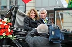 Hansjörg Walter und Frau Madeleine fahren in der Kutsche vor. (Bild: Reto Martin)
