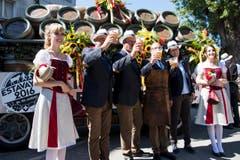 Männer und Frauen stossen mit Bierhumpen auf das bevorstehende Eidgenoessische Schwingfest an. (Bild: Keystone / Jean-Christophe Bott)