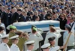Zwei Tage nach Rabins Ermordung tragen israelische Soldaten den Sarg zur letzten Ruhestätte, den Herzlberg in Jerusalem. (Bild: Keystone)