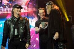 """""""Weltwoche""""-Chef Roger Köppel überreicht Chris von Rohr (rechts) und Marc Storace von Krokus einen Award. (Bild: Keystone)"""