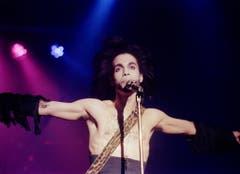 Das Spiel mit der Androgynität beherrschte Prince ebenso wie das Spiel mit der Gitarre oder dem Klavier (Aufnahme von 1990). (Bild: Keystone)