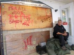 Nicht der erste Tropensturm: Auf der Bretterwand vor einem Fischergeschäft in Point Pleasant Beach sind die Namen der letzten Wirbelstürme verewigt. (Bild: Keystone)