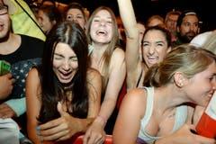 Weibliche Fans kreischen wie bei Popstars, als die Natistars im Hallenstadion ankommen. (Bild: Keystone)