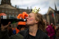 Krönchen auf und einen Schluck auf das neue Königspaar trinken! (Bild: Keystone)