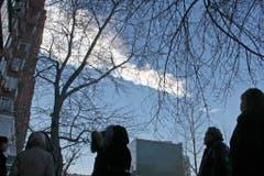 Bewohner der Stadt Tscheljabinsk verfolgen den Meteoritenregen am Himmel. (Bild: Keystone)