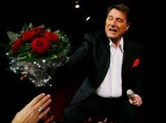 Eine Verehrerin überreicht dem Entertainer am 7. Dezember 2006, während seines Konzerts im Zürcher Hallenstadion, einen Blumenstrauss. (Bild: Keystone)