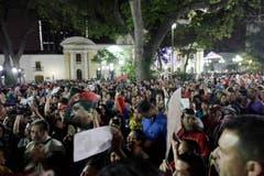 Tausende Menschen trauern auf dem Bolivar-Platz um ihren verstorbenen Präsidenten. (Bild: Keystone)