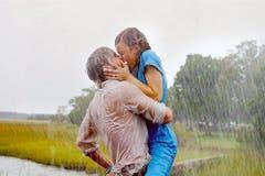 """Strömender Regen und die Liebe des Lebens. Mehr Romantik geht fast nicht: Der wohl beliebteste Kuss aller Frauen unter 35. Ryan Gosling küsst seine Jugendliebe Rachel McAdams im Film """"The Notebook"""" aus dem Jahr 2004. (Bild: Keystone)"""
