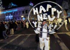 Teilnehmer einer Parade durch Boston überbringen in der Silvesternacht Neujahrswünsche. (Bild: Keystone)