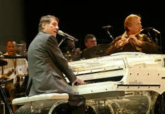 Udo Jürgens singt am 22. November 2003 zusammen mit Pepe Lienhard für rund 20 Journalisten ein Weihnachtslied und erklärt den Journalisten, dass er noch nicht ans Aufhören denkt. Danach kommen 14'000 Zuschauer in der ausverkauften Kölnarena in den Genuss seines Konzertes. (Bild: Keystone)