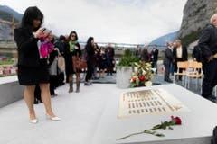 Angehoerige und Kollegen der neun Mineure, die beim Bau des Gotthard-Basistunnels verstorbenen sind, nehmen Abschied waehrend einer Gedenkfeier beim Nordportal des Gotthard-Basistunnels einen Tag vor der Eroeffung des Eisenbahntunnels in Erstfeld am Dienstag, 31. Mai 2016. Waehrend der Gedenkfeier fuer die Tunnelarbeiter wurde beim Nordportal in Erstfeld eine bronzene Gedenktafel mit den Namen der Verstorbenen enthuellt. Zur Gedenkfeier versammelten sich rund 50 Personen in der Naehe des Nordportals. (KEYSTONE/Gaetan Bally) (Bild: Keystone)