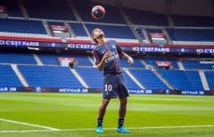 Rekordtransfer im Fussballgeschäft: Der Brasilianer Neymar Jr. wurde im August als neuer Spieler von Paris Saint-Germain (PSG) vorgestellt. Der französische Club zahlte Neymars ehemaligem Club FC Barcelona eine Transfersumme von 222 Millionen Euro. (Bild: CHRISTOPHE PETIT TESSON (EPA))