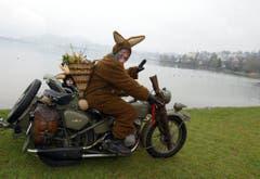 Der Osterhase vom Vespa- und Moto-Club Ticino in rassiger Fahrt. (Bild: Keystone)