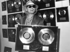Der österreichische Popstar Falco erhält in Asmsterdam für seine Platten 'Jeanny' und 'Falco Drei' eine Gold- und eine Platinauszeichnung (Aufnahme vom 19. Februar 1986). (Bild: Keystone)