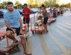 Anstehen vor einem Baumarkt in Miami: Die Menschen kaufen Bretter und dergleichen, um ihre Fenster zunageln zu können. (Bild: Keystone)