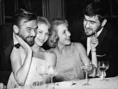 Ein Bild aus alten Zeiten: Blacky Fuchsberger (links) mit den Kessler-Zwillingen Alice und Ellen sowie Schauspieler Mario Aadorf am Filmfestival Berlin 1958. (Bild: Keystone)