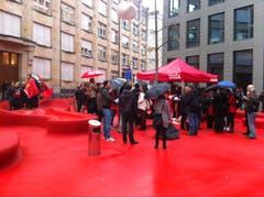 Zwischenzeitlich versammelten sich rund 100 Leute auf dem roten Platz. (Bild: Martin Rechsteiner)